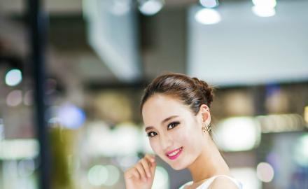 皮肤光滑美女车模性感白色旗袍装短裙灿烂笑容
